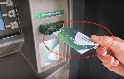 Kiểm tra tài khoản ngân hàng Vietcombank bằng cây ATM