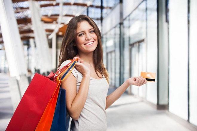 mua sắm thỏa thích với thẻ tín dụng