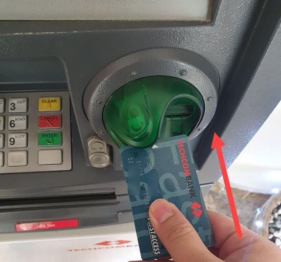 Cho thẻ vào cây ATM